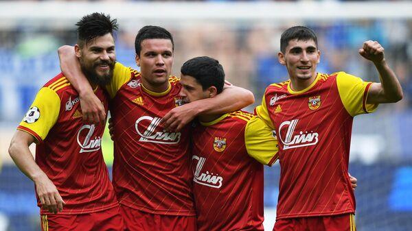 Футболисты тульского Арсенала радуются забитому голу