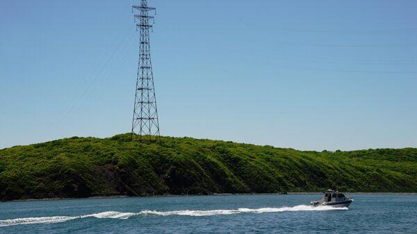 Катер проплывает возле Острова Русский в заливе Петра Великого во Владивостоке