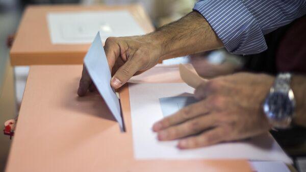 Избиратель голосует на одном из избирательных участков