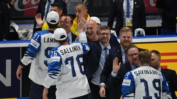 Хоккеисты сборной Финляндии и Юкка Ялонен