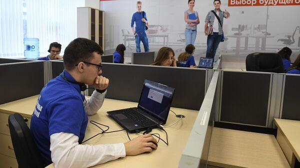 Наблюдатели в ситуационном центре для мониторинга проведения ЕГЭ в Москве