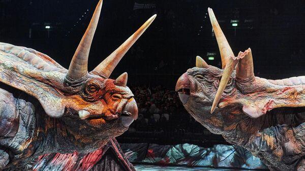 Роботы-динозавры во время Австралийского аниматронного шоу Прогулки с динозаврами