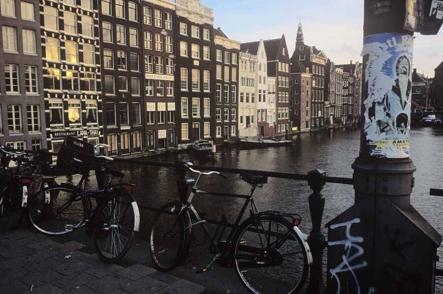 Мост через один из каналов в Амстердаме