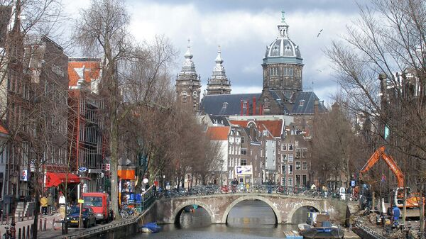 Голландия. Вид на канал в старом центре Амстердама