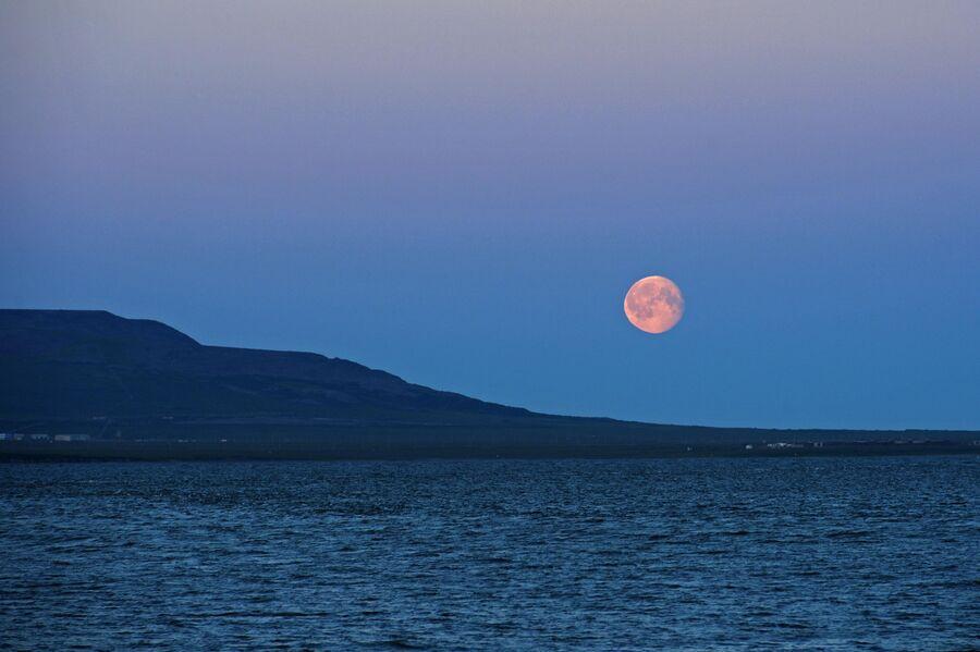 Восход луны на Чукотке в окрестности Певека