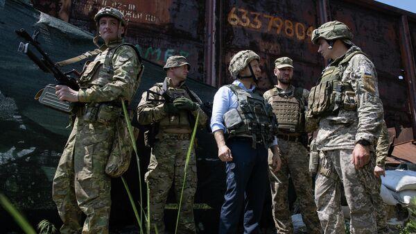Президент Украины Владимир Зеленский во время визит в Донбасс