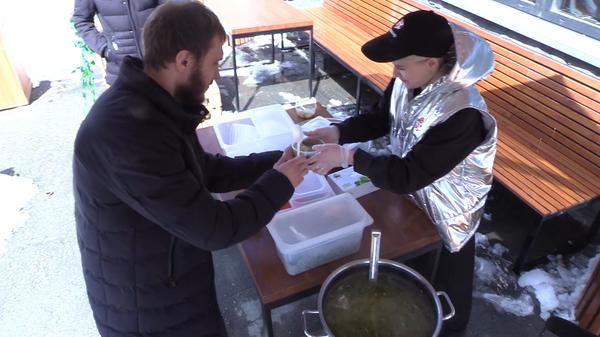 Рыбный день в Екатеринбурге. Бизнесмен кормит бесплатной ухой всех желающих