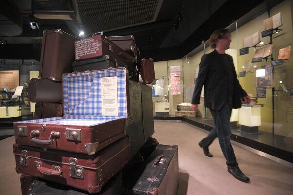 Посетитель Музея русского зарубежья в Москве осматривает экспозицию