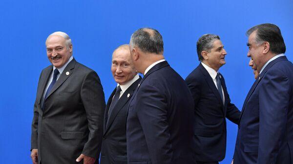 Президент РФ Владимир Путин на церемонии совместного фотографирования глав делегаций государств - участников Высшего Евразийского экономического совета и глав приглашенных государств во Дворце независимости в Нур-Султане