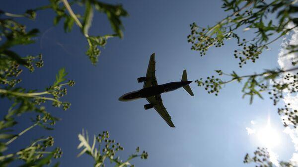 Авиалайнер заходит на посадку в аэропорту Шереметьево