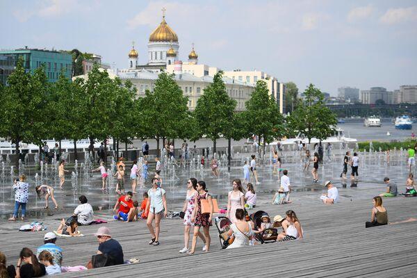 Горожане отдыхают у фонтанов в парке искусств Музеон