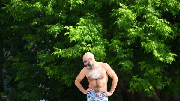 Мужчина в парке искусств Музеон