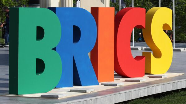 Стела на III Международном фестивале театральных школ стран БРИКС в парке Зарядье в Москве