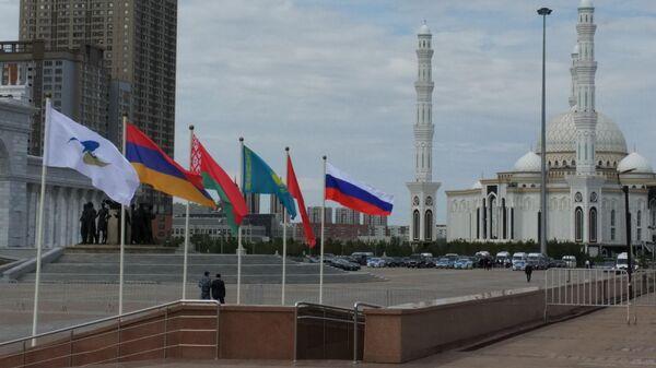 Флаги стран-участниц ЕАЭС на фоне мечети Хазрет Султан в Нур-Султане, где прошло заседание Высшего Евразийского экономического совета