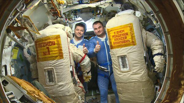 Космонавты Роскосмоса Олег Кононенко и Алексей Овчинин перед выходом в открытый космос. 29 мая 2019