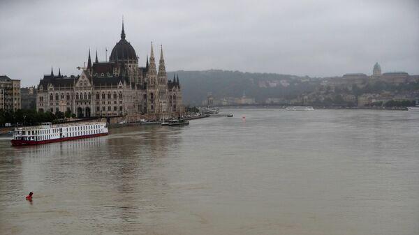 Здание венгерского парламента на реке Дунай, неподалеку от которого был обнаружен затонувший катер. 30 мая 2019