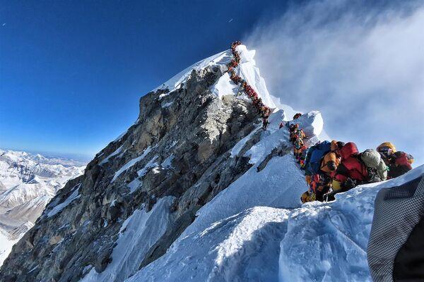 Людская пробка при восхождении на Эверест