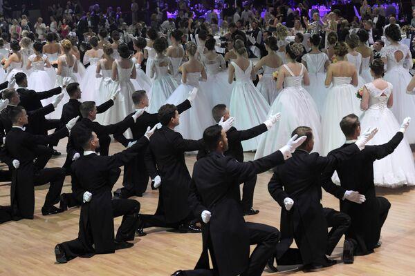 Участники семнадцатого благотворительного Венского бала в Гостином дворе в Москве