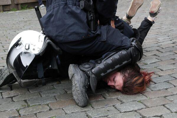 Участница акции желтых жилетов задержана полицией в последний день выборов в Европейский парламент в Брюсселе, Бельгия