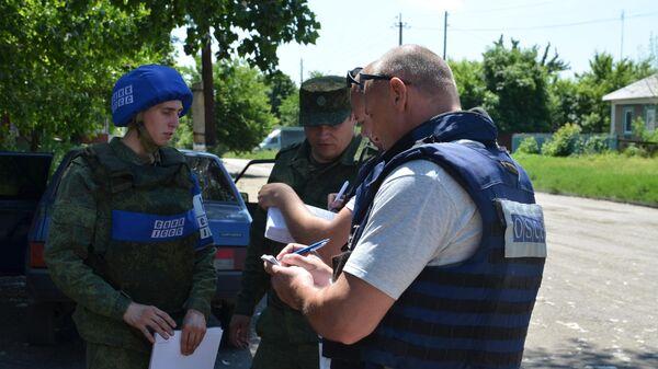 Представители СЦКК и ОБСЕ на месте обстрела в поселке Голубовский в ЛНР