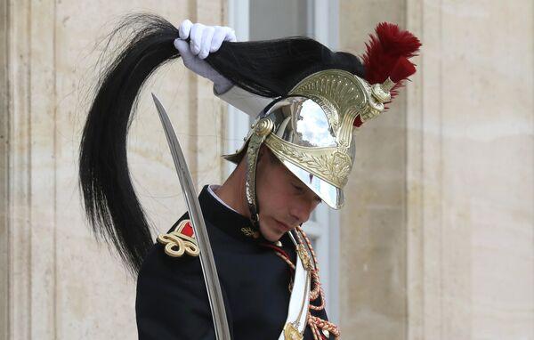 Солдат Французской Республиканской Гвардии во время торжественной встречи президента Мадагаскара Андри Радзуэлина в Елисейском дворце в Париже