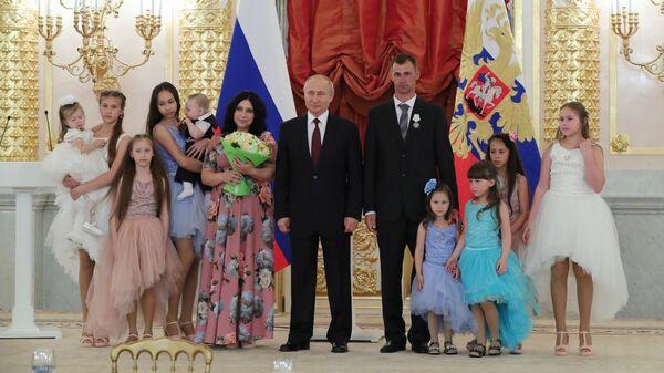 Президент РФ Владимир Путин вручил ордена Родительская слава многодетной семье Лилии и Максима Сыропятовых из Свердловской области