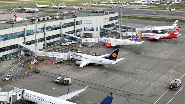 Самолеты на стоянке в аэропорту Домодедово