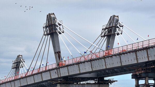 Стыковка международного трансграничного автомобильного моста через реку Амур в районе российского города Благовещенска и китайского города Хэйхэ