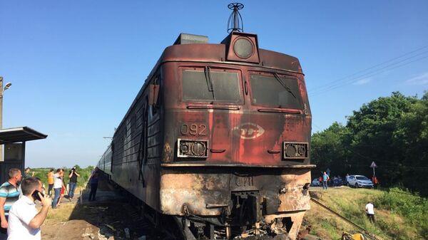 На месте столкновения пассажирского поезда с грузовой автоцистерной с дизельным топливом в Адыгее. 1 июня 2019