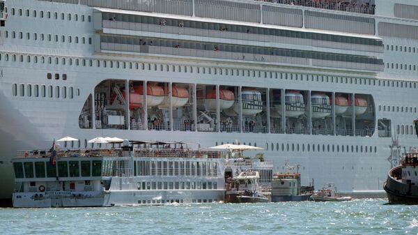 В Венеции круизный лайнер столкнулся c туристическим теплоходом. 2 июня 2019