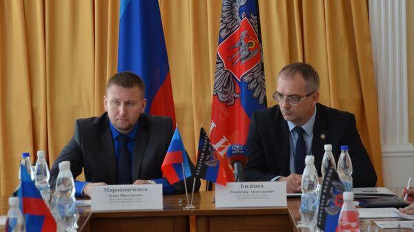 Председатели парламентов ЛНР Денис Мирошниченко и ДНР Владимир Бидевка на встрече в Луганске