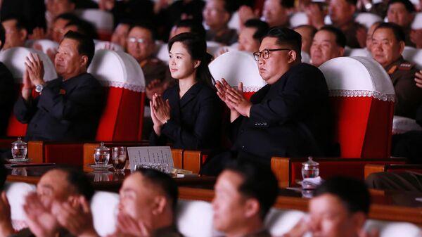 Лидер КНДР Ким Чен Ын во время посещения выступления кружков художественной самодеятельности жен офицеров Корейской народной армии. 3 июня 2019