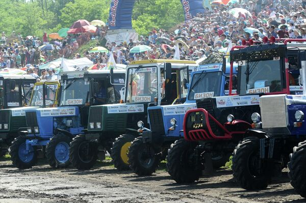Участники соревнований и зрители перед началом гонки на тракторах Бизон-Трек-Шоу в Ростовской области