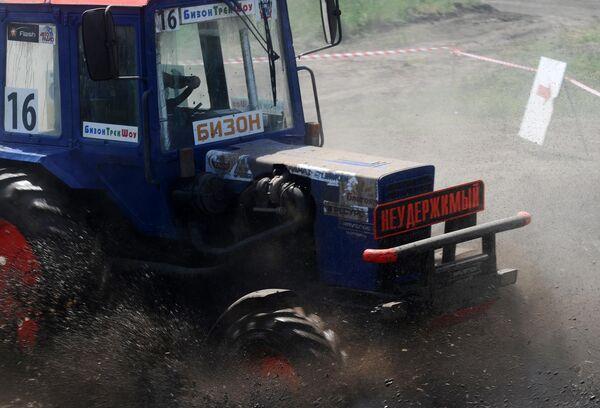Участник соревнований во время гонки на тракторах Бизон-Трек-Шоу в Ростовской области