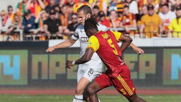 Игрок Арсенала Мохаммед Кадири (справа)