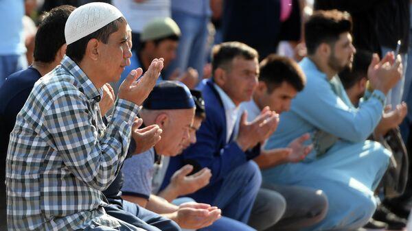Мусульмане во время намаза в день праздника Ураза-байрам у мечети Кул-Шариф в Казани