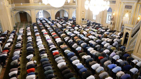 Верующие во время праздничной молитвы в мечети Сердце Чечни имени А. Кадырова в Грозном