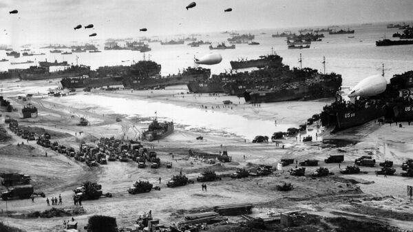 Высадка американских военных на десантном корабле на нормандский пляж Омаха во Франции. 6 июня 1944 года