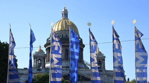 Флаги с символикой Петербургского международного экономического форума на Исаакиевской площади в Санкт-Петербурге