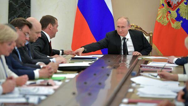 Президент РФ Владимир Путин и председатель правительства РФ Дмитрий Медведев во время совещания с членами правительства РФ