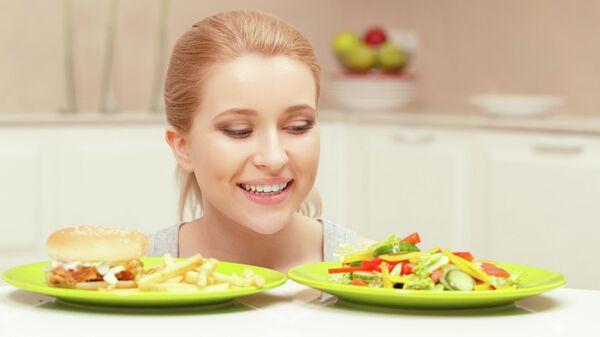 Девушка выбирает правильное питание