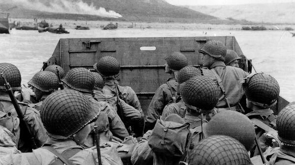 Высадка американских военных на десантном корабле на нормандский пляж Омаха во Франции. 6 июня 1944