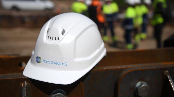 Каска рабочего на участке строительства газопровода Северный поток-2