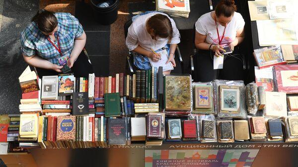 Букинистическая лавка в ГУМе на ежегодном российском книжном фестивале Красная площадь 2019