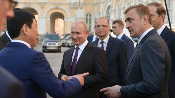 Президент РФ Владимир Путин во время осмотра в Московском Кремле экспозиции собираемых в Тульской области внедорожников китайской марки Haval