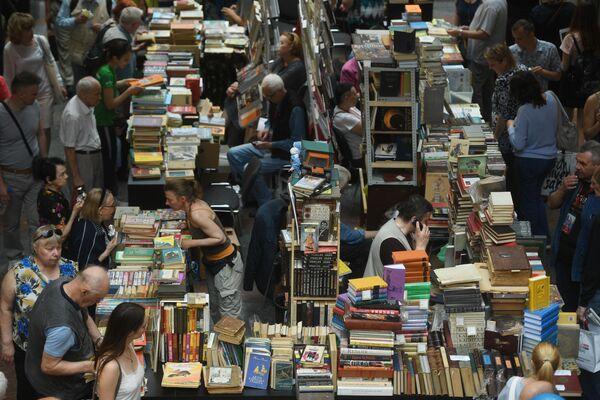 Посетители ежегодного российского книжного фестиваля на Красной площади