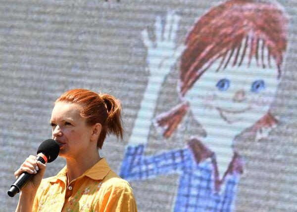Актриса Алиса Гребенщикова рассказывает интерактивную сказку Вместе с Пеппи на ежегодном российском книжном фестивале на Красной площади