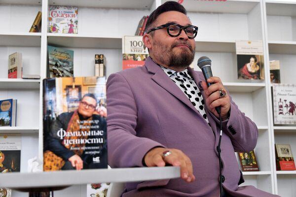Историк моды Александр Васильев во время презентации своей книги Фамильные ценности на ежегодном российском книжном фестивале на Красной площади