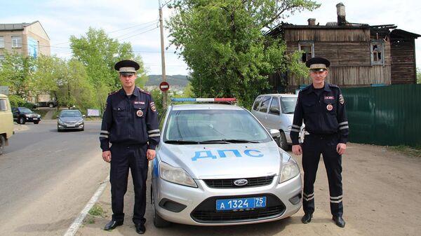 Испекторы ДПС Игорь Киселев и Павел Домашев, спасшие 7 человек из пожара в деревянном доме в Чите