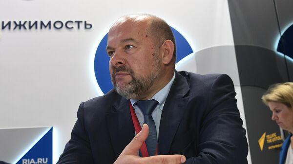 Губернатор Архангельской области Игорь Орлов во время интервью на стенде МИА Россия сегодня в первый день ПМЭФ